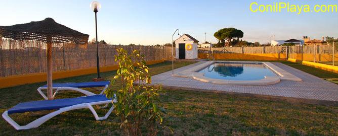 piscina con zonas amplias de césped