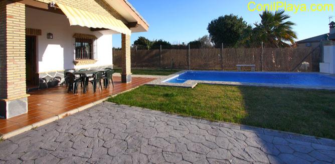 porche del chalet y la piscina