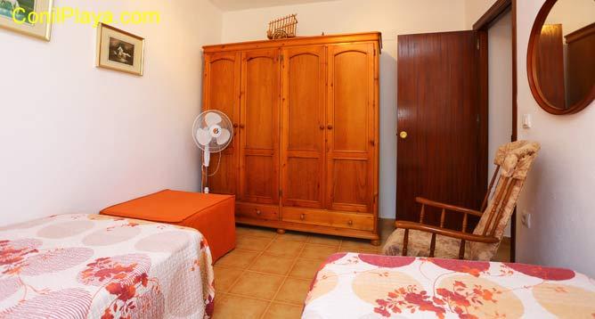 armario del dormitorio con 2 camas individuales
