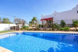 2 dormitorios,5 personas. Estupendo chalet con piscina privada situado en una zona muy tranquila, ideal para disfrutar en con la familia del entorno muy relajado de Conil. Tiene barbacoa, porche, piscina privada. Perfecto para ir a cualquier playa.