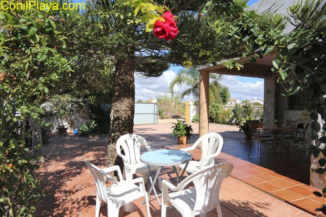 mesa en el jardín junto a la piscina