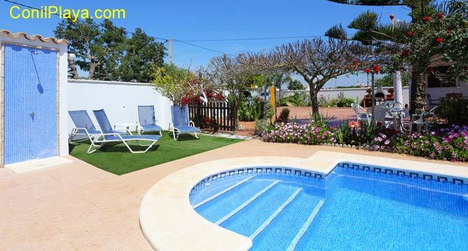 piscina privada con ducha y tumbonas