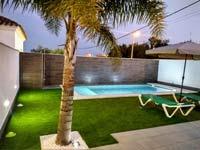 2 dormitorios,4 personas. Casa con piscina privada situada en zona muy tranquila y proxima a las playas y calas de Conil. Barbacoa, jardín, aparcamiento privado.