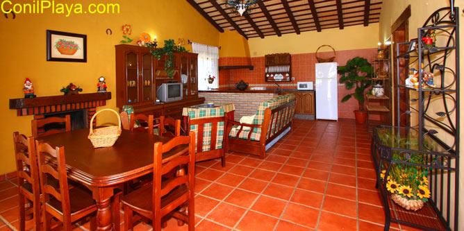 interior amplio con sofa, mesa comedor y cocina