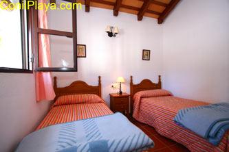 dormitorio con 2 camas individuales para 2 personas