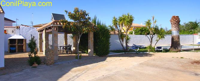 patio con la barbacoa, el merendero y la piscina