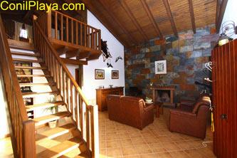 Salón con escalera para acceder al dormitorio