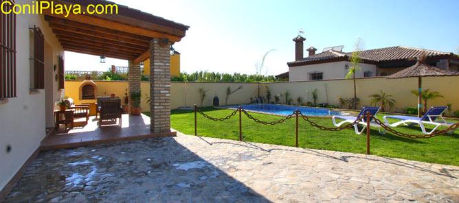 El chalet cuenta con un amplio jardin y una estupenda piscina.