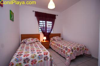 dormitorio con 2 camas para 2 personas