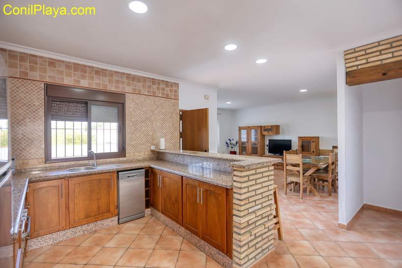 cocina y el salón al fondo