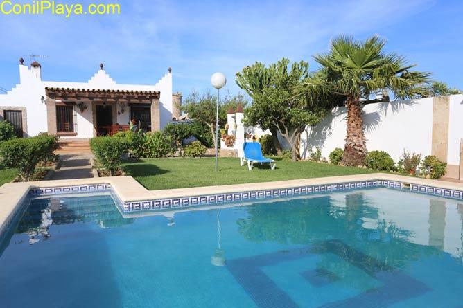 amplia piscina privada