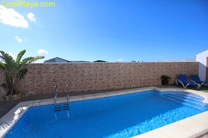 piscina del chalet en Conil, es amplia y vallada