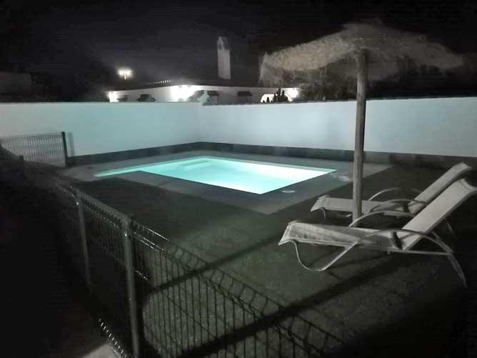 piscina luz noche