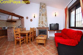 El salón - comedor del chalet es amplio y con cocina