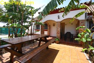 mesa de jardín frente al porche