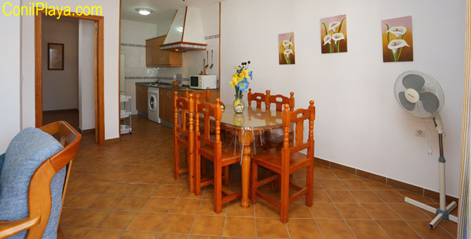 cocina y al fondo el salón