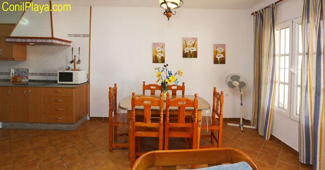 mesa del comedor y al fondo la cocina