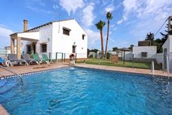 3 dormitorios,10 personas. Estupendo chalet con piscina privada situado en zona tranquila y a pocos minutos de la playa. Barbacoa, 2 porches
