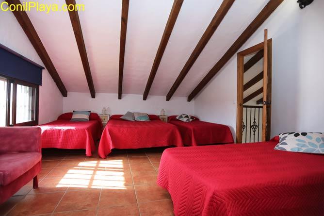 dormitorio con cama de matrimonio y 2 camas individuales