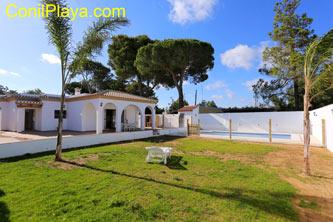 chalet en Conil con amplio jardín y piscina