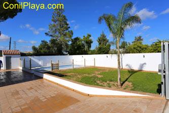 Jardín con césped y la piscina