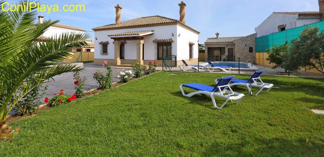 chalet con piscina vallada y jardín amplio