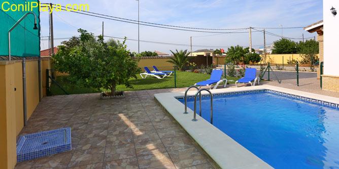 La piscina dispone de hamacas y está vallada