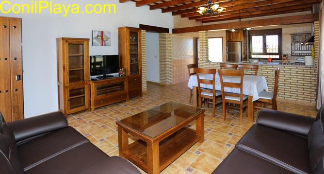 El salón es amplio, la cocina está al fondo