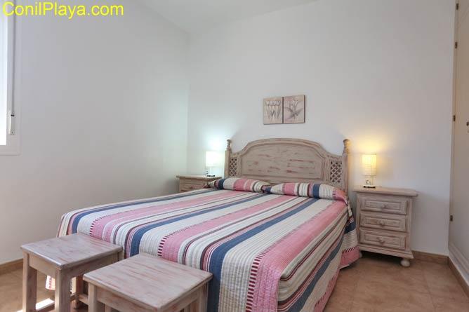 el dormitorio principal tiene cama de matrimonio