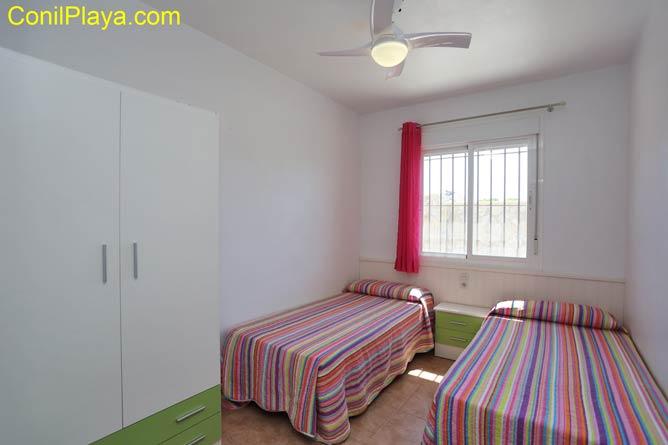 el dormitorio tiene 2 camas individuales