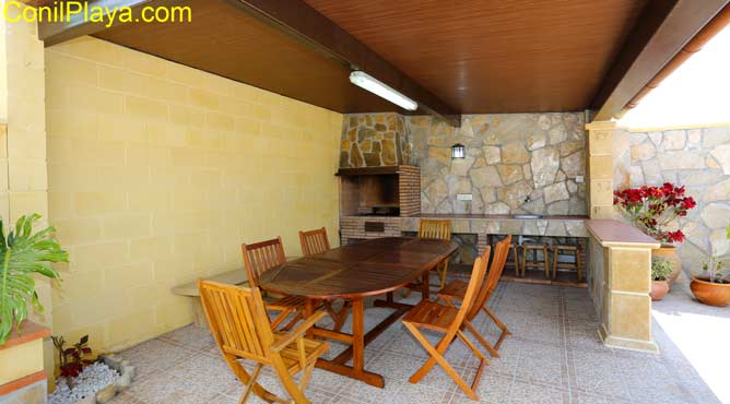 El porche de la barbacoa tiene mesa y sillas