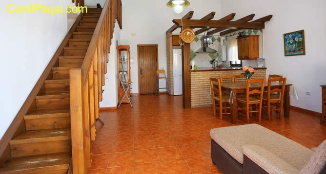 salón y cocina con escaleras