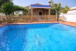 2 dormitorios,6 personas. Chalet con piscina privada situado en zona muy tranquila. Barbacoa, porche, aparcamiento techado.