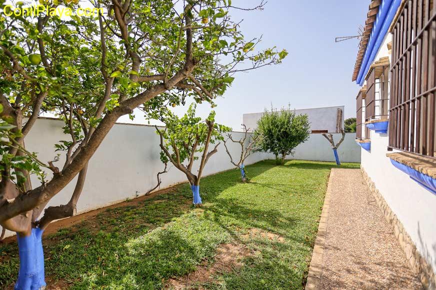Jardín con césped y arboles frutales