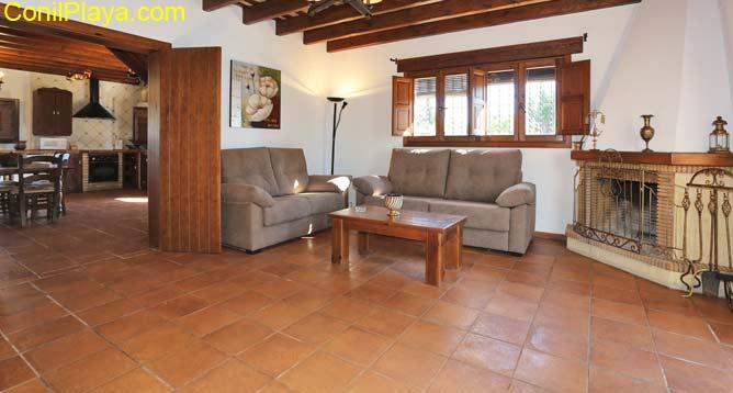 salón con sofá y aire acondicionado