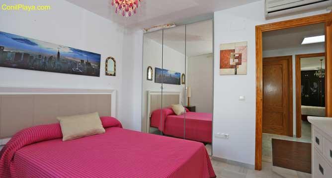 armario y dormitorio con aire acondicionado