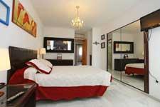 El chalet adosado en Conil consta de 3 dormitorios y dispone de aire acondicionado.