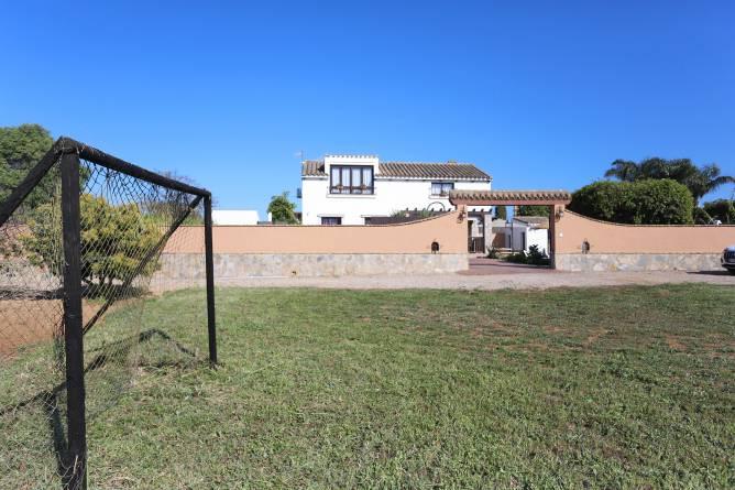 Campo de fútbol situado frente a la casa.