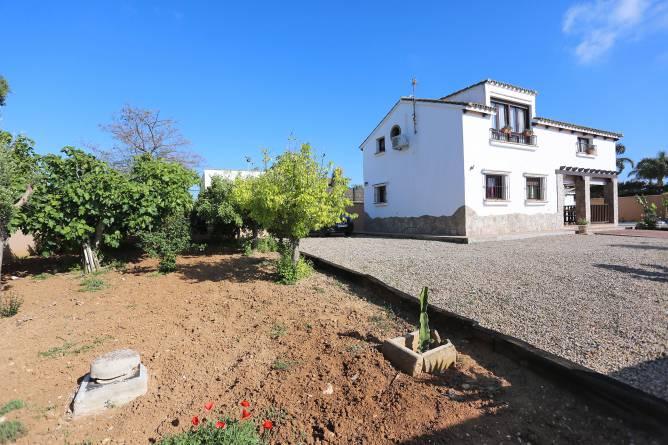 Vista general de la casa y del jardin.