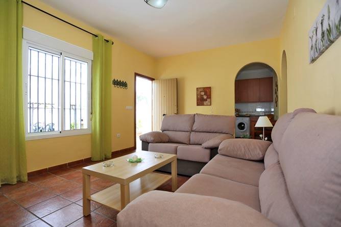 salón con sofá y al fondo la cocina