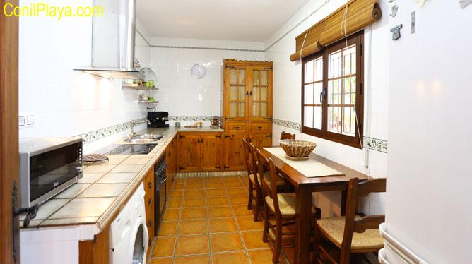 cocina con mesa y sillas