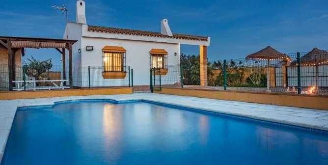 piscina y la casa al fondo
