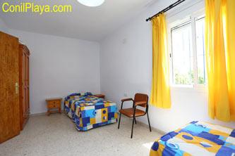 dormitorio con 3 camas individuales.