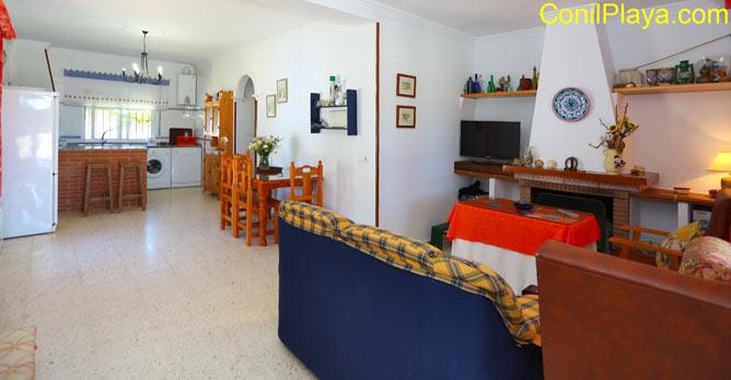 Vista general del salon - comedor y de la cocina