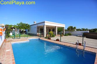 El chalet tiene piscina privada