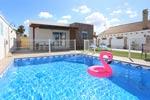 2 dormitorios,4 personas. Tranquilo chalet con piscina privada situado a pocos minutos de la playa andando. Jardín, parcamiento privado, porche.