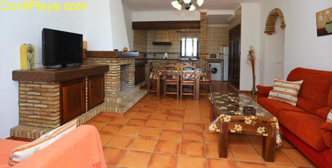salón y la cocina al fondo