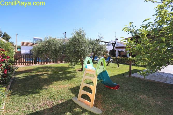 Jardín con tobogan para niños