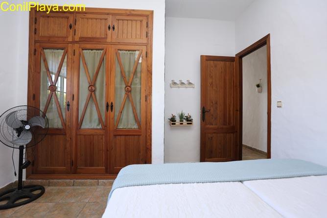 Armario empotrado del dormitorio con 2 camas individuales.