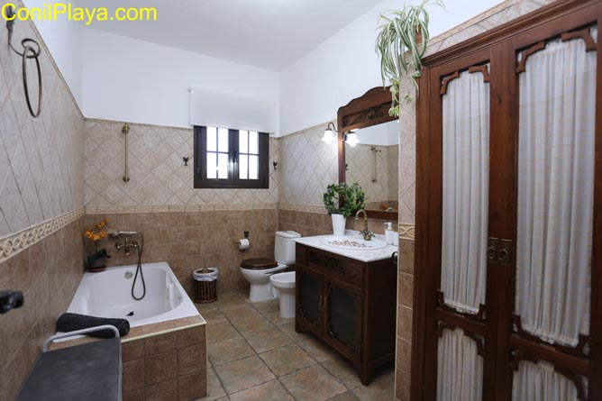 Cuarto de baño con ducha e hidromasaje.